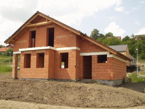 Hrubá stavba co obsahuje